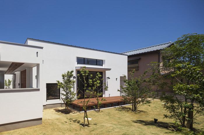 『高松の家』中庭を囲む平屋住宅 (南側ウッドデッキテラスと庭)