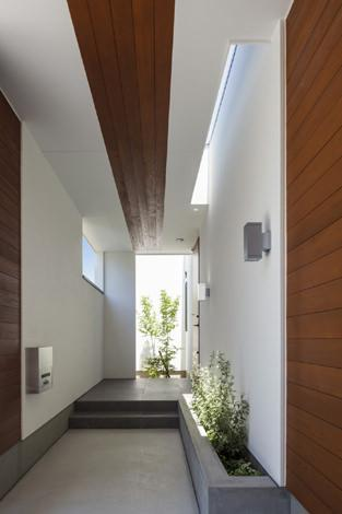 『高松の家』中庭を囲む平屋住宅の部屋 明るく開放的な玄関ポーチ