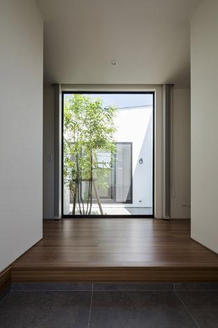『高松の家』中庭を囲む平屋住宅の部屋 中庭より光を取り入れる玄関