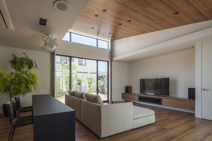 『高松の家』中庭を囲む平屋住宅の部屋 傾斜天井の広々リビング