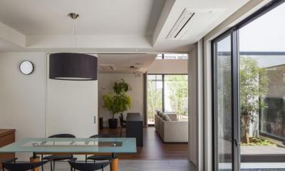 『高松の家』中庭を囲む平屋住宅 (キッチンよりダイニング・リビングを見る)