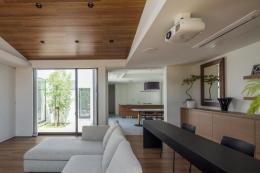 『高松の家』中庭を囲む平屋住宅 (リビングよりダイニングキッチンを見る)