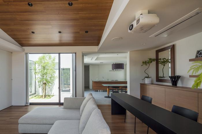 『高松の家』中庭を囲む平屋住宅の部屋 リビングよりダイニングキッチンを見る