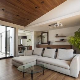 ホームシアターを楽しめるリビング (『高松の家』中庭を囲む平屋住宅)