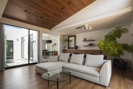『高松の家』中庭を囲む平屋住宅 (ホームシアターを楽しめるリビング)