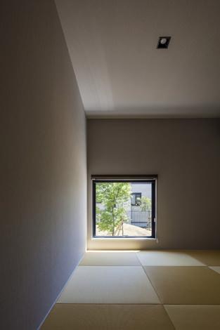 『高松の家』中庭を囲む平屋住宅の部屋 ピクチャーウィンドウのある和室