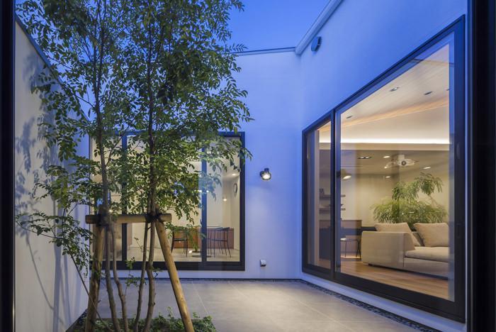 『高松の家』中庭を囲む平屋住宅 (どの部屋からも臨める中庭)