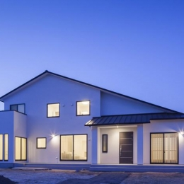 『松前町の家』おおらかな葺き下ろし屋根の家 (葺き下ろし屋根の家夕景)