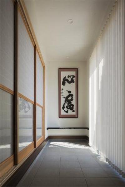 『松前町の家』おおらかな葺き下ろし屋根の家 (和室前の土間空間)