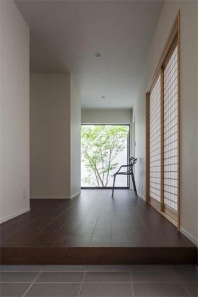 『松前町の家』おおらかな葺き下ろし屋根の家 (正面に大きな坪庭を臨める玄関)