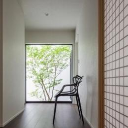 『松前町の家』おおらかな葺き下ろし屋根の家 (季節を感じられる廊下)