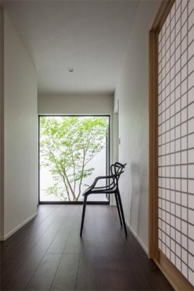 季節を感じられる廊下 (『松前町の家』おおらかな葺き下ろし屋根の家)