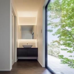 『松前町の家』おおらかな葺き下ろし屋根の家 (季節の移ろいを感じる洗面スペース)