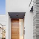 真っ白な外壁に映える玄関ドア