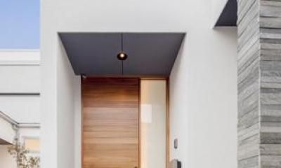 『道後のコートハウス』共に成長し、共に時を刻む住まい (真っ白な外壁に映える玄関ドア)