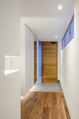 『道後のコートハウス』共に成長し、共に時を刻む住まい (シンプルな玄関ホール)