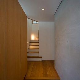 『higashitakamatsu』木の温もり感じるモダンな住まい (シンプルな玄関ホール)