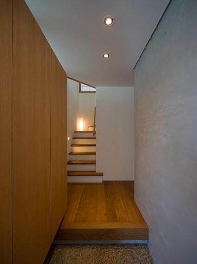 シンプルな玄関ホール (『higashitakamatsu』木の温もり感じるモダンな住まい)