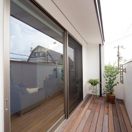 『higashitakamatsu』木の温もり感じるモダンな住まい (開放的なバルコニー)