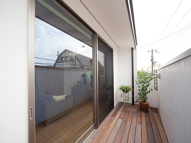 アウトドア事例:開放的なバルコニー(『higashitakamatsu』木の温もり感じるモダンな住まい)