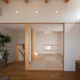 リビング一体型の和室 (『higashitakamatsu』木の温もり感じるモダンな住まい)