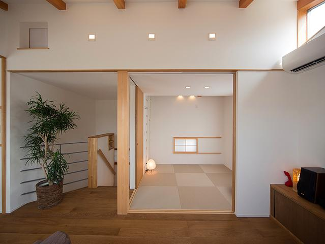 『higashitakamatsu』木の温もり感じるモダンな住まい (リビング一体型の和室)