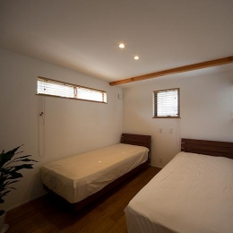 『higashitakamatsu』木の温もり感じるモダンな住まい (シンプルなベッドルーム)