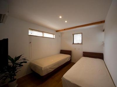 シンプルなベッドルーム (『higashitakamatsu』木の温もり感じるモダンな住まい)