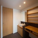 『higashitakamatsu』木の温もり感じるモダンな住まいの写真 黒タイルがアクセントの洗面室