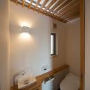 『higashitakamatsu』木の温もり感じるモダンな住まいの写真 木製ルーバー天井のトイレ