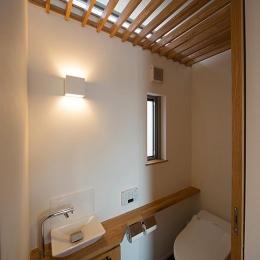 木製ルーバー天井のトイレ