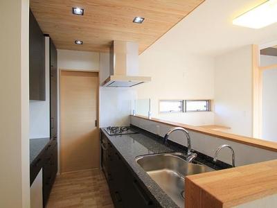 石のキッチン天板 (『souya』落ち着きのある和モダンな住まい)
