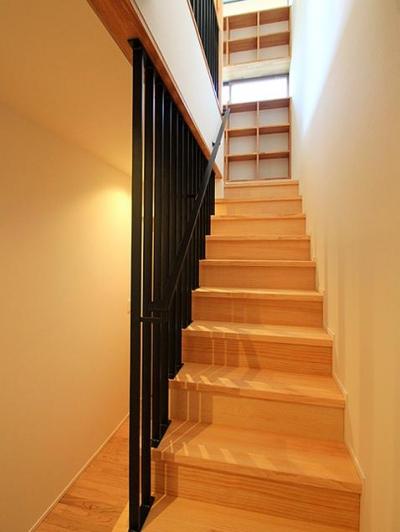 『souya』落ち着きのある和モダンな住まい (ルーバーの階段室)