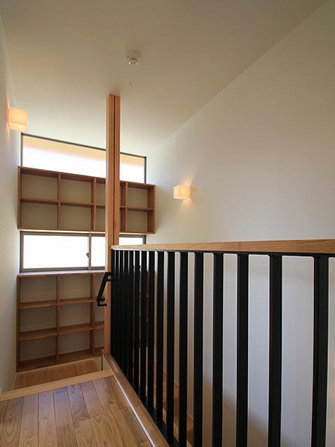 『souya』落ち着きのある和モダンな住まいの部屋 階段踊り場の収納棚