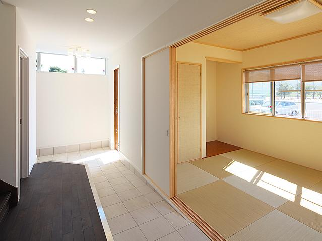 『keya』シンプルモダンな家の部屋 玄関土間とつながる和室