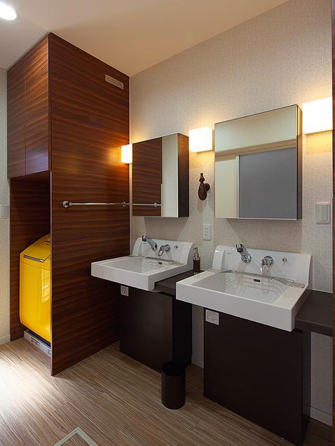 『keya』シンプルモダンな家の部屋 2つのシンクが並ぶ洗面室