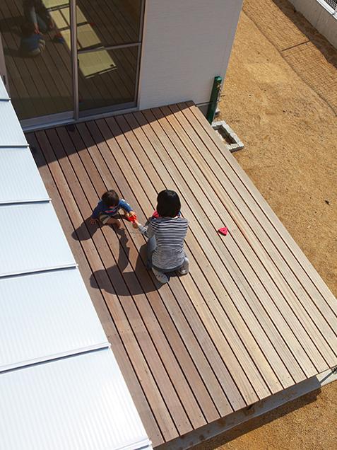 『keya』シンプルモダンな家の部屋 開放的なウッドデッキテラス