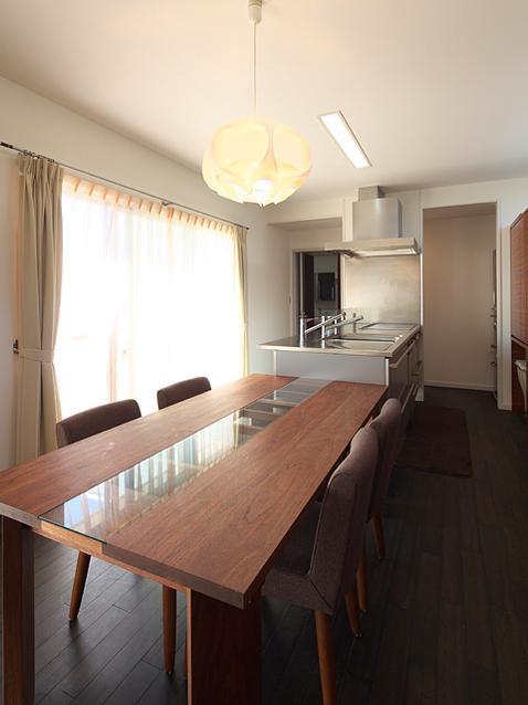 『keya』シンプルモダンな家の部屋 柔らかな光の差し込むダイニングキッチン