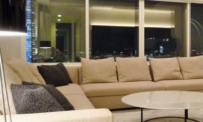 「ザ六本木TOKYOクラブレジデンス」ゲストハウス (ガラス張りの開放的なリビング-2)