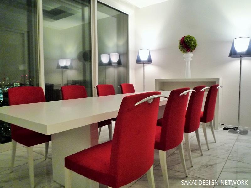 「ザ六本木TOKYOクラブレジデンス」ゲストハウスの写真 赤いチェアがアクセントのダイニング