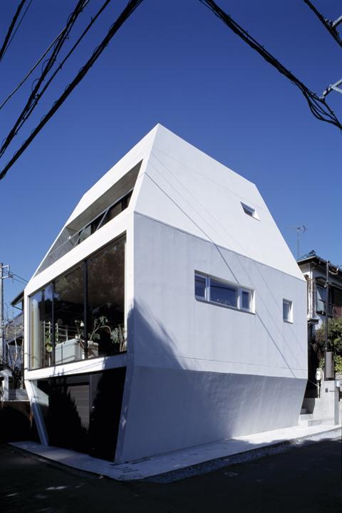 『我孫子の家』趣味を楽しめる個性あふれる住まいの部屋 白い個性的な外観