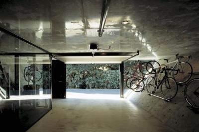 『我孫子の家』趣味を楽しめる個性あふれる住まい (自転車をディスプレイできるガレージ)