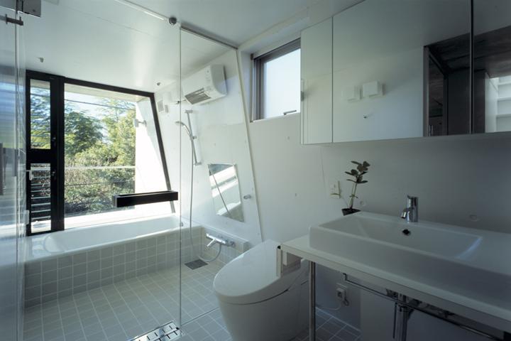 『我孫子の家』趣味を楽しめる個性あふれる住まいの部屋 白基調の明るいバスルーム