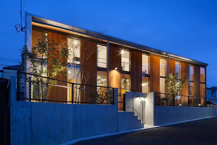 『東松戸の家』寛ぎ大空間リビングの住まいの部屋 シャープな外観夜景