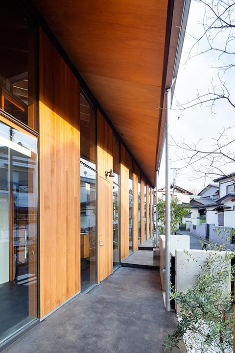『東松戸の家』寛ぎ大空間リビングの住まいの部屋 一直線の庇