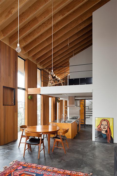 『東松戸の家』寛ぎ大空間リビングの住まいの写真 スタイリッシュな吹き抜けのDK