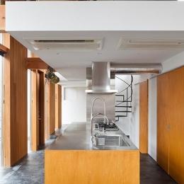 『東松戸の家』寛ぎ大空間リビングの住まい (明るいアイランドキッチン)