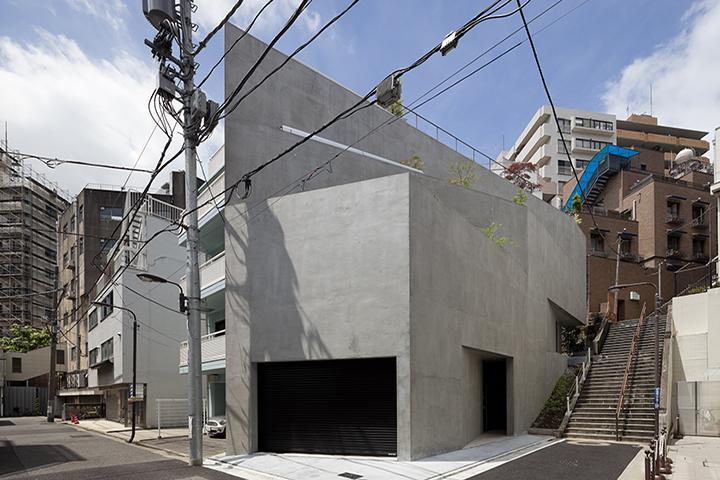 『外神田の家』コンクリート打ち放しのクールな住まいの部屋 コンクリート打ち放しのシャープな外観