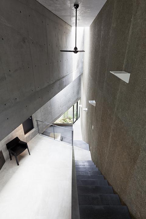『外神田の家』コンクリート打ち放しのクールな住まい (吹き抜けの階段)