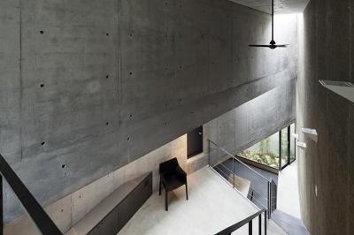 『外神田の家』コンクリート打ち放しのクールな住まい (吹き抜け空間でつながる1階と2階)